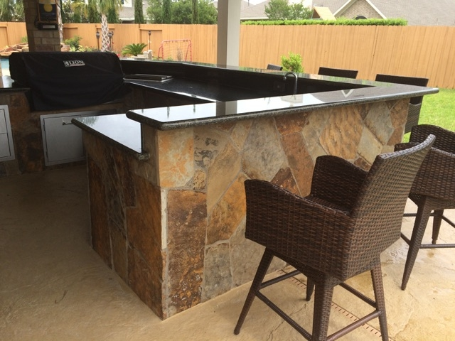 outdoor kitchen in patio